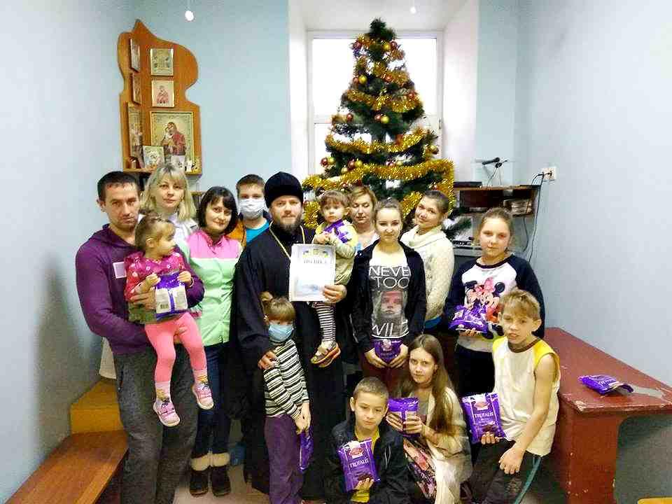 Священник поздравил детей с Рождеством Христовым